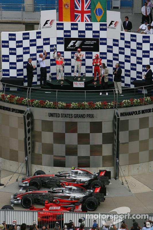 Podio: segundo lugar Fernando Alonso, McLaren Mercedes, ganador de la carrera Lewis Hamilton, McLaren Mercedes y el tercer lugar Felipe Massa, Scuderia Ferrari