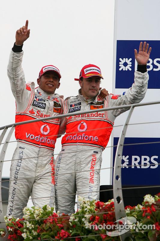 Podio: segundo lugar Fernando Alonso, McLaren Mercedes y el ganador de la carrera Lewis Hamilton, Mc