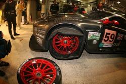 Arrêt au stand et problème de pneu pour la #59 Team Modena Aston Martin DBR9: Antonio Garcia, Jos Me