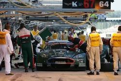 Arrêt au stand pour #006 Aston Martin Racing Larbre Aston Martin DBR9: Gregor Fisken, Patrick Bornha