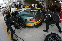Arrêt au stand pour #100 Aston Martin Racing BMS Aston Martin DBR9: Fabio Babini, Matteo Malucelli, Jamie Davies