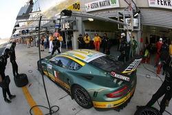 Arrêt au stand pour #100 Aston Martin Racing BMS Aston Martin DBR9: Fabio Babini, Matteo Malucelli,