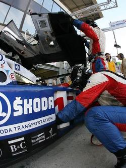 Arrêt au stand pour la #15 Charouz Racing System Lola B07-17 Judd: Jan Charouz, Stefan Mücke, Alex Yoong
