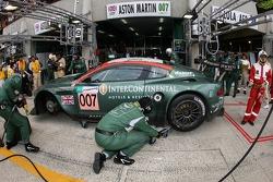 Arrêt au stand pour la #007 Aston Martin Racing Aston Martin DBR9: Tomas Enge, Peter Kox, Johnny Herbert