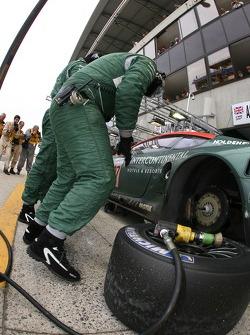 Arrêt au stand pour la #007 Aston Martin Racing Aston Martin DBR9: Tomas Enge, Peter Kox, Johnny Her
