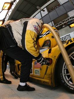 Arrêt au stand pour la #63 Corvette Racing Corvette C6.R: Johnny O'Connell, Jan Magnussen, Ron Fello