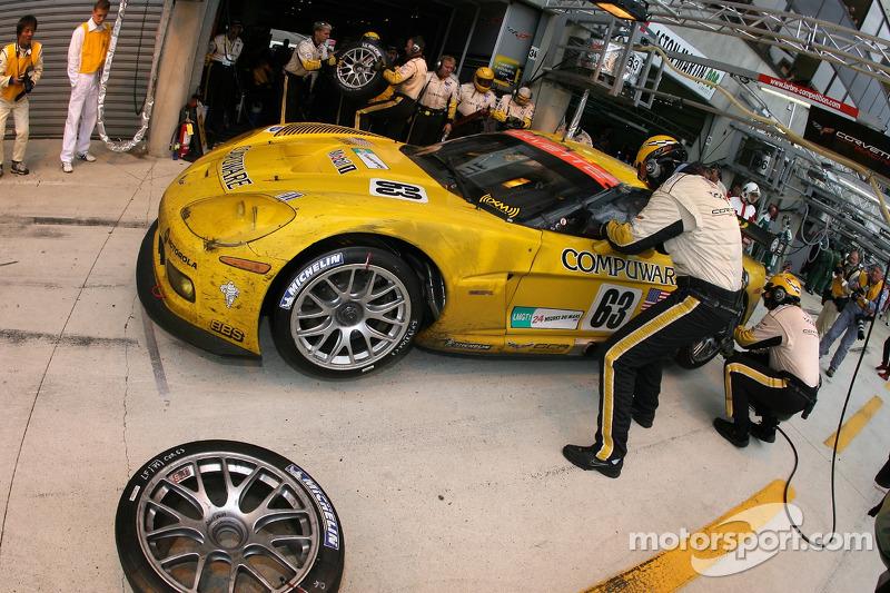 Boxenstopp: #63 Corvette Racing Corvette C6.R: Johnny O'Connell, Jan Magnussen, Ron Fellows