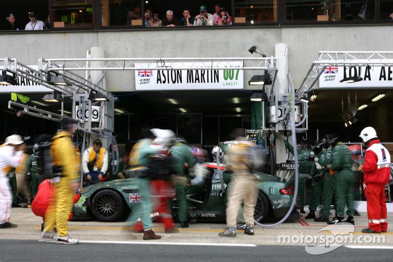 Пит-стоп: Томаш Энге, Петер Кокс, Джонни Херберт, Aston Martin Racing, Aston Martin DBR9 (№007)