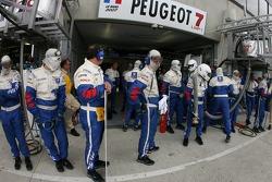 Membre d'équipe Team Peugeot Total prêt pour l'arrêt au stand