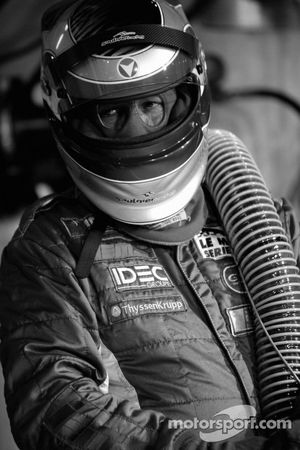 Membre de l'équipe Saulnier Racing prêt pour un arrêt au stand