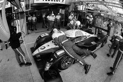 Arrêt au stand pour la #7 Team Peugeot Total Peugeot 908: Marc Gene, Nicolas Minassian, Jacques Villeneuve