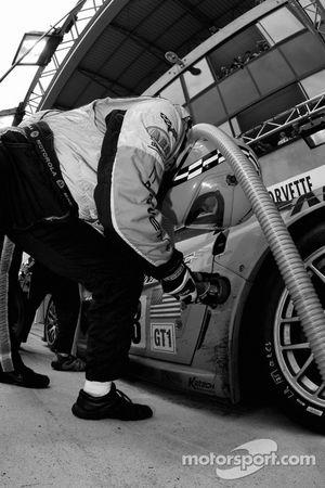 Arrêt au stand pour la #63 Corvette Racing Corvette C6.R: Johnny O'Connell, Jan Magnussen, Ron Fellows