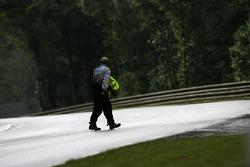 Un commissaire inspecte la piste avant le début de la séance