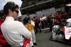 Lucas Luhr regarde la Peugeot