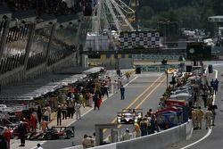 Les voitures s'arrêtent dans les stands pour vérifier les pneus