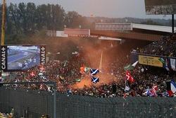Les fans se déchaînent tôt dans la course
