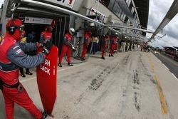 Arrêt au stand pour la #1 Audi Sport North America Audi R10: Marco Werner, Frank Biela, Emanuele Pir