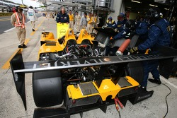 Arrêt au stand pour la #19 Chamberlain-Synergy Motorsport Lola B06 AER: Gareth Evans, Bob Berridge, Peter Owen