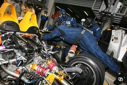 Arrêt au stand pour la #19 Chamberlain-Synergy Motorsport Lola B06 AER: Gareth Evans, Bob Berridge,