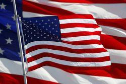 Les drapeaux autour de la voie rapide sont en berne en mémoire de Bill France Jr