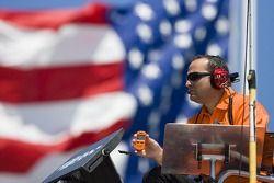 Le chef d'équipe, Greg Zipadelli, regarde son pilote faire un tour