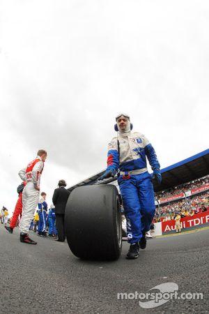 Homme s'occupant des pneus chez Peugeot Total