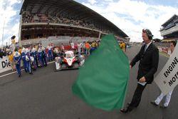 Daniel Poissenot agite le drapeau vert pour le tour de chauffe