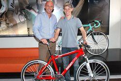Casey Stoner consigue una nueva bicicleta de montaña
