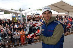 Marco Melandri muestra su casco