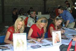 Playmates de Playboy signent des autographes