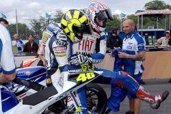 Ganador de la pole Colin Edwards y Valentino Rossi celebran