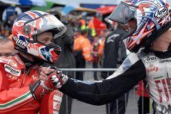 Le vainqueur Casey Stoner est félicité par le deuxième Colin Edwards