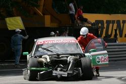 Das Unfallauto von Vanina Ickx wird abtransportiert