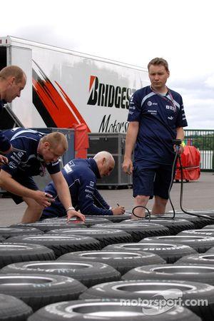 Williams F1 Team, prepare their tyres