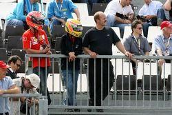 Фанаты Михаэля Шумахера, советник Scuderia Ferrari и Льюиса Хэмилтона, McLaren Mercedes наблюдают за тренировкой