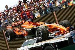 Машину Адриана Сутиля, Spyker F1 Team, F8-VII возвращают на пит-лейн
