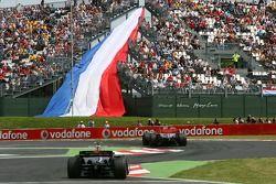 Марк Уэббер, Red Bull Racing, RB3 и Льюис Хэмилтон, McLaren Mercedes, MP4-22