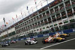 Race start, Giancarlo Fisichella, Renault F1 Team, Heikki Kovalainen, Renault F1 Team