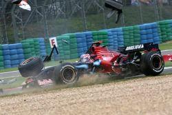 Vitantonio Liuzzi, Scuderia Toro Rosso crashes with Anthony Davidson, Super Aguri F1 Team at the sta
