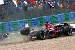 Авария: Витантонио Лиуцци Scuderia Toro Rosso и Энтони Дэвидсон, Super Aguri F1 Team