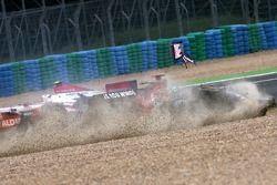 Vitantonio Liuzzi, Scuderia Toro Rosso kaza yapıyor ve Anthony Davidson, Super Aguri F1 Team, start