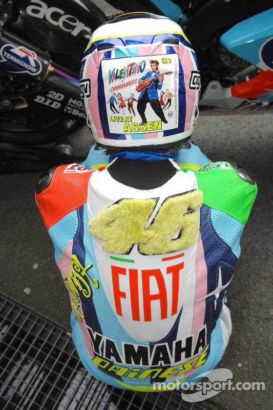 Cueros especiales y casco de Valentino Rossi