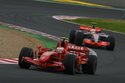 Кими Райкконен, Scuderia Ferrari, F2007 и Льюис Хэмилтон, McLaren Mercedes, MP4-22