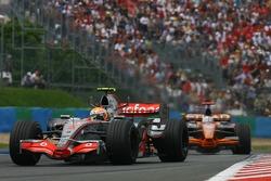 Льюис Хэмилтон, McLaren Mercedes, MP4-22 и Адриан Сутиль, Spyker F1 Team, F8-VII