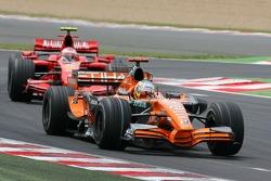 Адриан Сутиль, Spyker F1 Team, F8-VII, и Кими Райкконен, Scuderia Ferrari, F2007