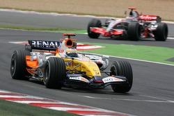 Giancarlo Fisichella, Renault F1 Team, R27, Fernando Alonso, McLaren Mercedes, MP4-22