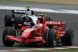 Kimi Raikkonen, Scuderia Ferrari, F2007 and Alexander Wurz, Williams F1 Team, FW29