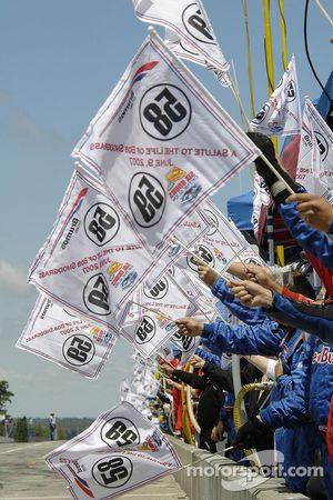 Des drapeaux étaient agités aux tours 58 et 59 en hommage à Bob Snodgrass