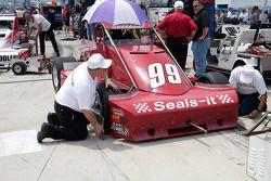 Vérification de pincement sur la voiture de Paul White. Qui a besoin d'une machine ours?