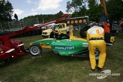 La voiture de Simona De Silvestro est remorqué